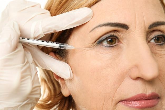 Inyección de ácido hialurónico para el procedimiento de rejuvenecimiento facial.