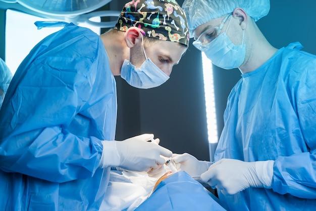 Inyección de anestesia en el muslo antes de la eliminación de grasa bucal.