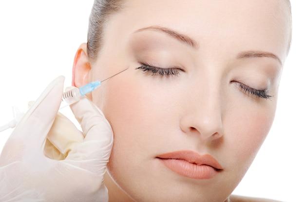Inyección de botox para la hermosa joven