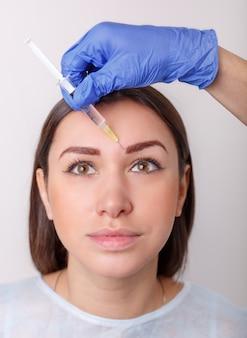 Inyección cosmética de la bonita cara femenina