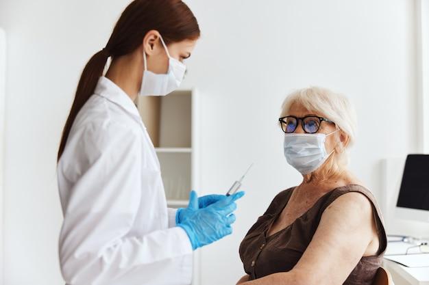 Inyección de drogas de seguridad de inmunización de anciana