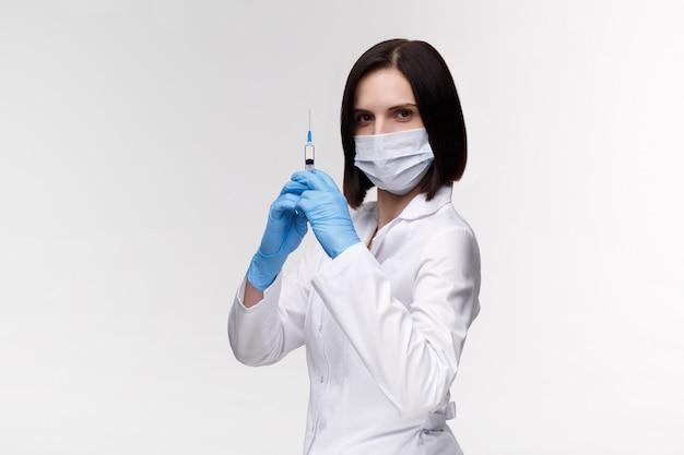 Inyección médica, enfermedades, atención médica, ciencia, diabetes. doctor o enfermera en el hospital sosteniendo una jeringa con vacunas líquidas preparándose para hacer una inyección. equipo médico. la gente en uniforme blanco, túnica