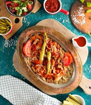 Iskender kebab sobre la mesa