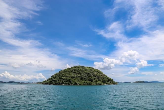 Isla en el mar con nubes