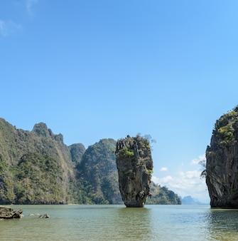 Isla james bond o koh tapu en la bahía de phang nga, tailandia