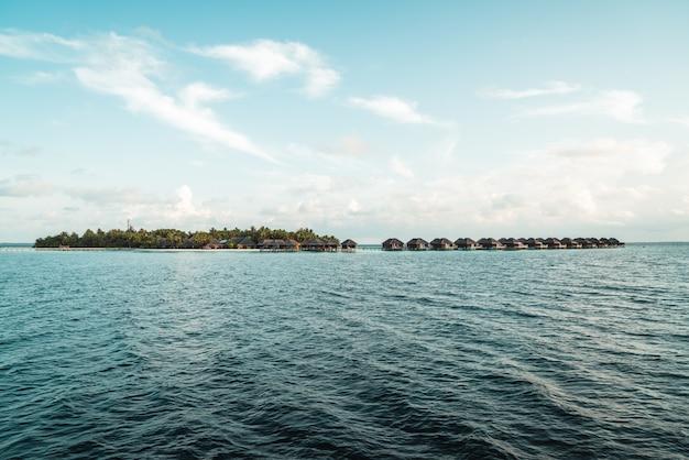 Isla de maldivas con mar