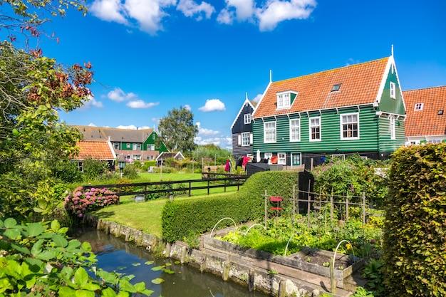 Isla marken, hermosas casas de pueblo de pescadores tradicionales, paisaje típico holandés, holanda septentrional, países bajos