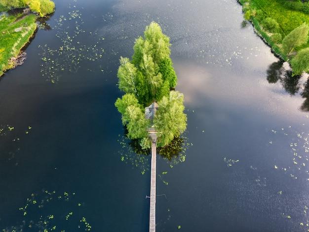 Una isla en medio de un río con una casita