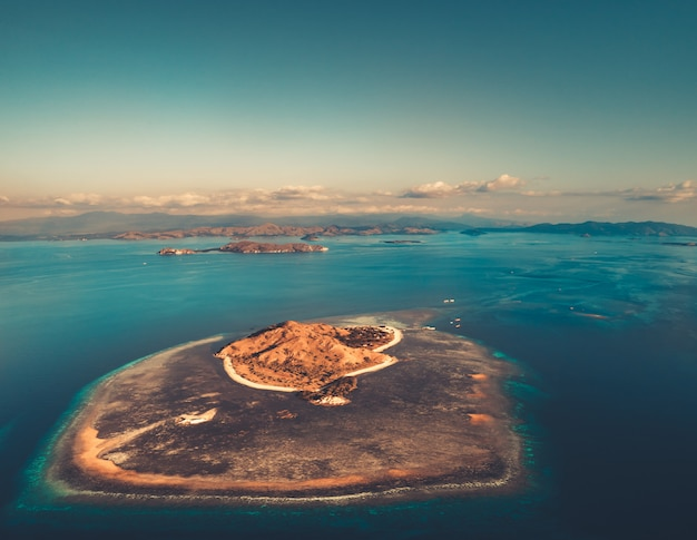 Isla entre el océano. toma aérea komodo