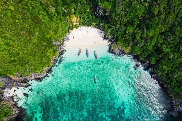 Isla de phi phi y barco turístico de buceo temporada alta en tailandia vista aérea