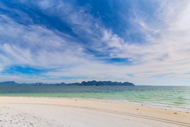 Isla poda, hermosa playa blanca con arboles tropicales para vacaciones y descanso.
