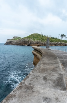 Isla san nicolás desde el puerto marítimo del municipio de lekeitio, cantábrico en el cantábrico. país vasco