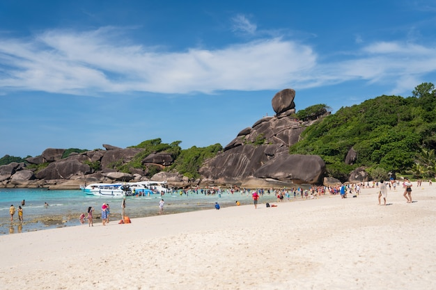 La isla de simlan, un famoso paisaje de playa en phang nga tailandia