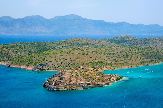 Isla de spinalonga con antigua fortaleza antigua colonia de leprosos y la bahía de elounda, isla de creta, grecia