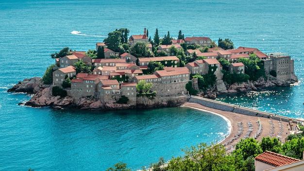 Isla sveti stefan en budva, montenegro, en un hermoso día de verano