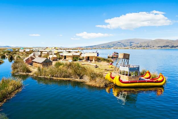 Isla de los uros en el lago titicaca, cerca de la ciudad de puno en perú