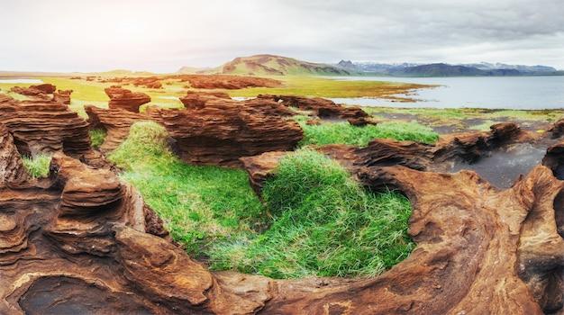 Islandia. montañas rocosas y río entre ellas.