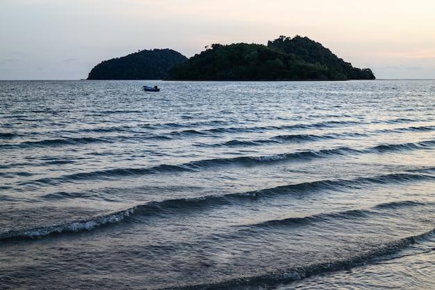 Islas verdes y ola de mar reflejada con azul.