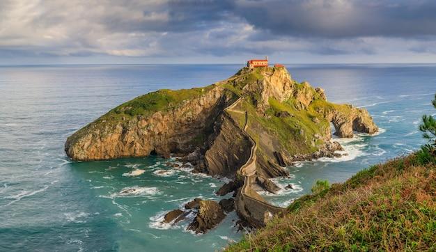El islote de gaztelugatxe en la bahía de vizcaya, españa, uno de los países más impresionantes de game of thrones locationst