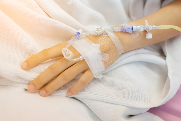 Iv cerrar en una mano pacientes enfermos en el hospital