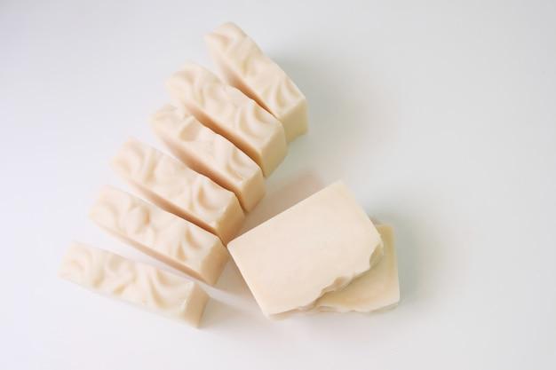 Jabón de aceite de oliva adecuado para personas con problemas de la piel. nutre la piel suave y húmeda.