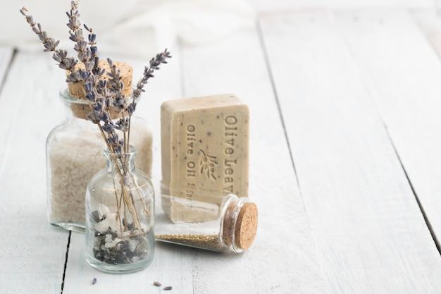 Jabón de aceite de oliva con lavanda y sal marina. spa y concepto de relajación.