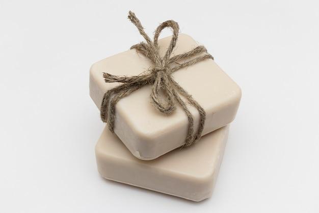 Jabón artesanal con leche. jabón artesanal con coco y aceite de oliva. cosméticos caseros orgánicos naturales para el cuidado de la piel. tratamientos anticelulíticos.