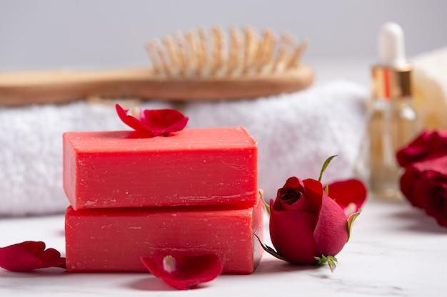 Jabón artesanal rosa sobre fondo de mármol