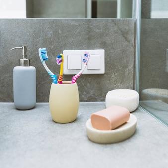 Jabón y cepillos de dientes en estante