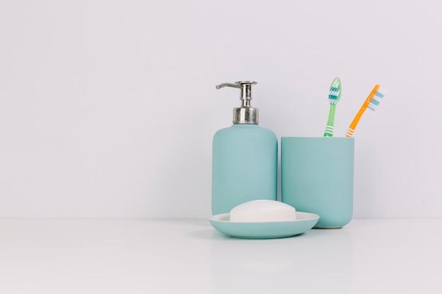 Jabón cerca de cepillos de dientes
