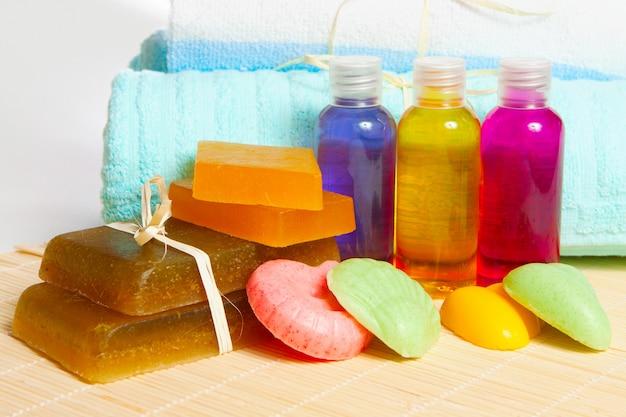 Jabón, champú y gel de ducha hechos a mano con una toalla