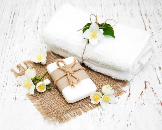 Jabón con flor de jazmín.