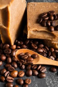 Jabón de granos de café de alto ángulo
