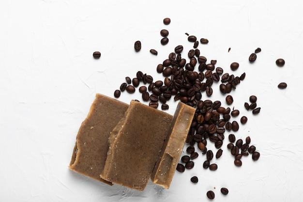 Jabón hecho de granos de café para tratamientos de spa.