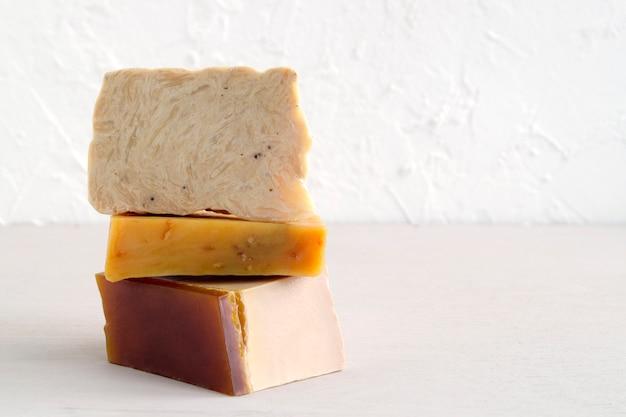 Jabón hecho a mano a base de ingredientes naturales. sobre fondo claro.