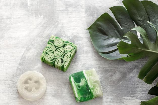 Jabón hecho a mano de cosméticos hermosos brillantes naturales planos.