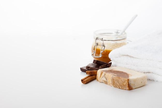 Jabon hecho a mano. cuidado de la piel con aroma a miel, chocolate y canela. tratamientos de spa y aromaterapia para una piel suave y saludable.