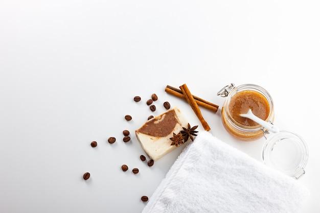 Jabon hecho a mano. medios para el cuidado de la piel con aroma a miel, café, canela y badian. tratamientos de spa y aromaterapia para una piel suave y saludable.