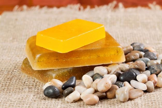 Jabón hecho a mano y piedras de mar