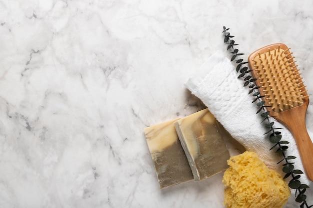 Jabón y herramientas de lavado con lavanda