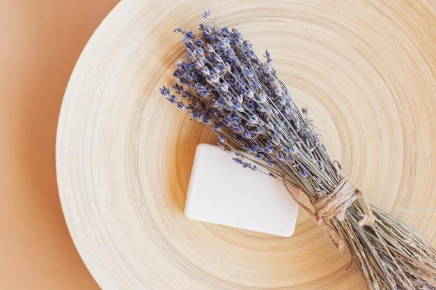 Jabón de lavanda artesanal. barra de jabón natural con flores secas de lavanda. cosméticos orgánicos para el cuidado de la piel y spa