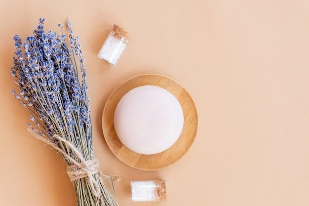 Jabón de lavanda artesanal. pastilla de jabón natural con flores de lavanda secas, sal marina. cosméticos orgánicos para el cuidado de la piel y spa