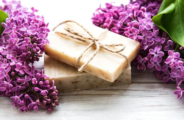 Jabón natural y flores lilas
