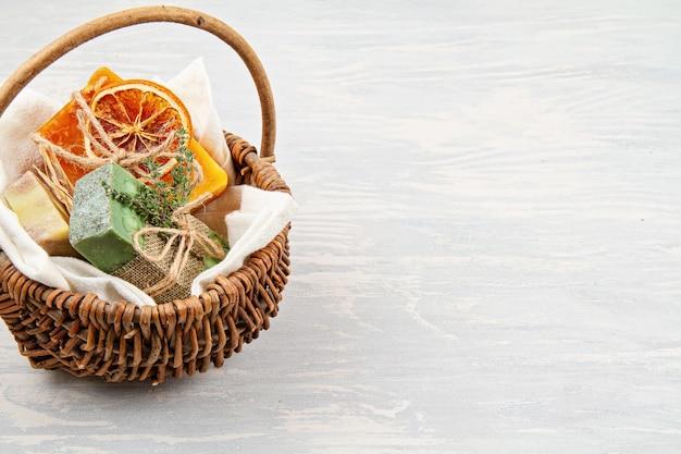 Jabón natural hecho a mano y champú seco, spa ecológico, concepto de belleza para el cuidado de la piel.