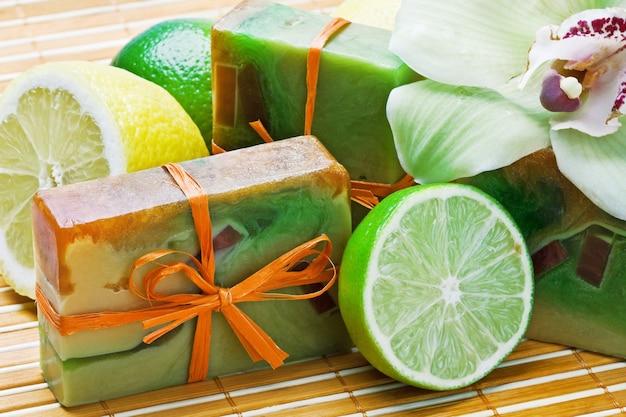 Jabón natural hecho a mano y fruta