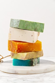 Jabón natural hecho a mano, spa ecológico, concepto de belleza para el cuidado de la piel. . barras de jabón y champú en seco, sin plástico.