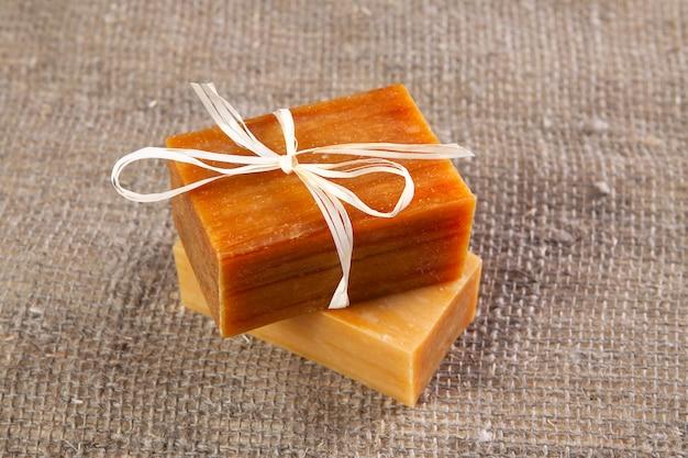 Jabón natural con sabor a mano