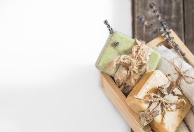 Jabón natural spa establece lugar artesanal para texto sobre fondo blanco, concepto de cuidado corporal y curación