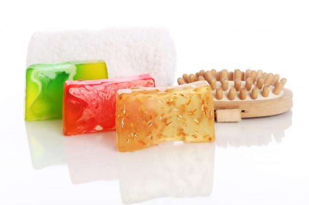 Jabón natural con toalla blanca y cepillo.
