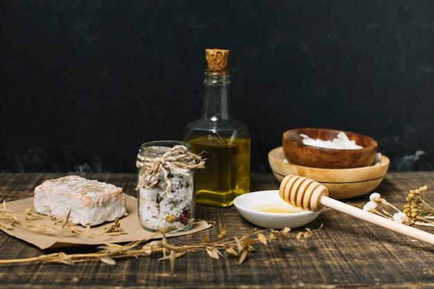 Jabón orgánico con ingredientes sobre fondo oscuro